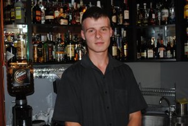 David Suchár. Zákazníci sa ho zatiaľ na pôvod alkoholu nepýtajú.