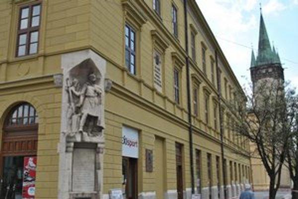 Spomienka na Caraffove jatky. Pamätník z roku 1908 sa stal národnou kultúrnou pamiatkou.