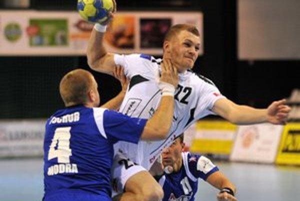 Vladimír Guzy. Spojku Tatrana (v bielom) súper tvrdo bránil, no aj tak sa päťkrát gólovo presadila.