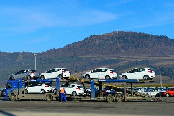 Počet kamiónov, ktoré zo Slovenska odvážajú automobily do Ruska sa výrazne zníži.