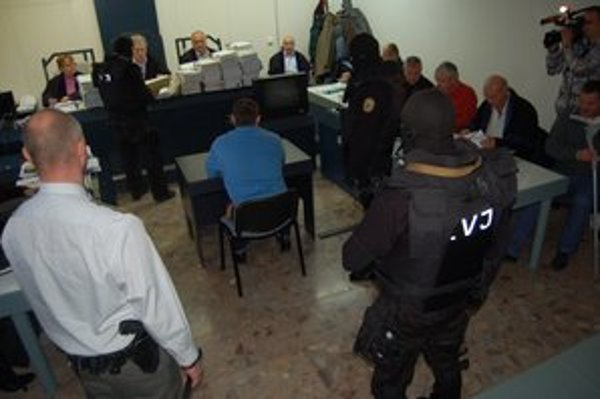 Súdna sieň. Dnes v Prešove vypovedali na súde dvaja doživotne odsúdení.
