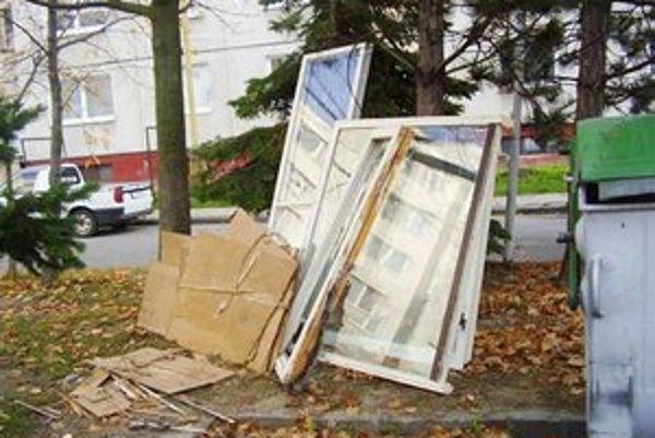 Rekonštrukcie. Odpad z panelákov vraj občas končí aj v kontajneroch.