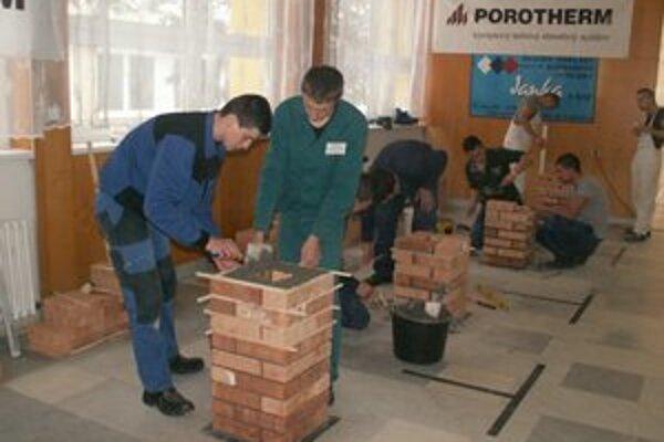 Murári. Ich úlohou bolo postaviť komín.