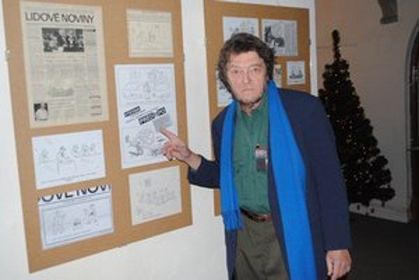 Fedor Vico. Pri karikatúrach na výstave.