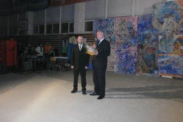 Benefícia. Riaditeľ D. Brhlík (vpravo) odovzdáva dar J. Hlubovičovi z ÚNSS.