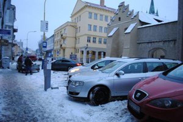 Parkovanie v Prešove. Ľuďom sa zdá, že je pridrahé.
