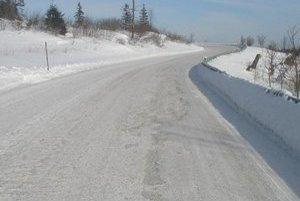 Cesty II. a III. triedy. Cestári tam umiestňujú snehové koly aj teraz.