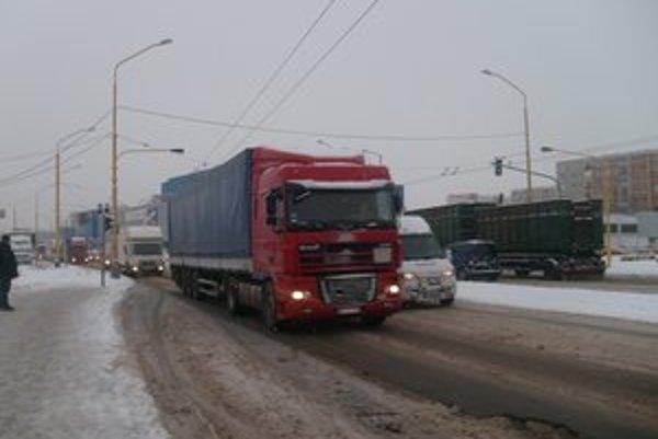 Kamióny. Ťažká nákladná doprava opakovane devastuje cestu na Sekčove.