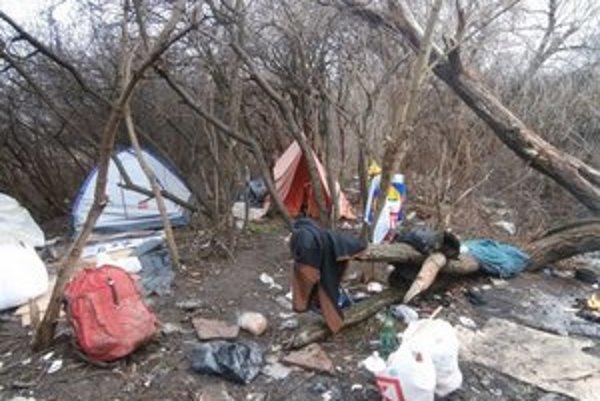 Prístrešky. Bezdomovci ich museli odpratať.