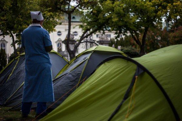 Protest zdravotných sestier z minulého roka. Rozložili si stany pred úradom vlády.