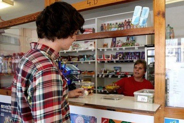 Nanuky, ale ani  sladké tyčinky a čokolády či rýchle občerstvenie už bufety predávať nebudú.