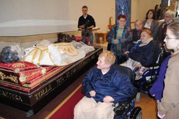 Don Bosco. Pri relikvii sa pristavilo množstvo ľudí.