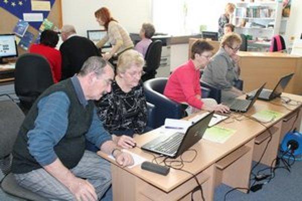 Hornozemplínska knižnica. Vo Vranove sa už seniori s počítačmi skamarátili.