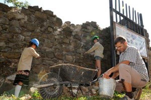 Výberové konane. Nezamestnaní majú o prácu na hrade záujem.