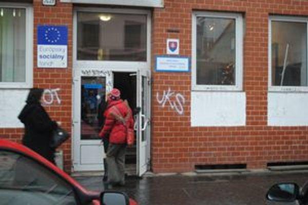 Úrad práce, sociálnych vecí a rodiny v Prešove. Zamestnanci žiadajú zvýšenie platov.