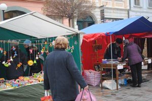 Prešovské námestie. Z vianočných trhov zostalo už len osem stánkov.