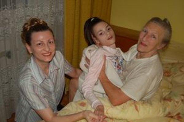 Matka a babka s chorou Adriankou. S láskou sa o ňu starajú, všetky peniaze minú na starostlivosť o ňu.