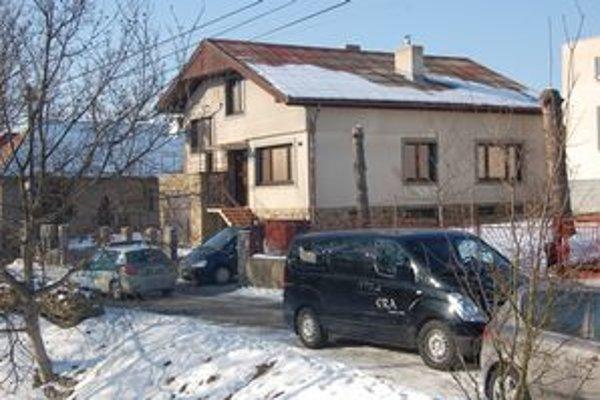 Miesto nešťastia. Jozef G. býval v stavbe za domom svojho syna. Tam ho našli pred dverami zamrznutého.