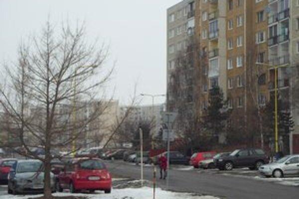 Čergovská ulica. Cesta je pre dreviny vraj neprehľadná.