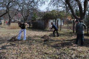 Jarné upratovanie v škole. Žiaci si skrášľovali svoje okolie.