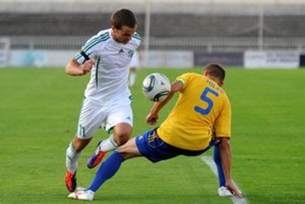 Peter Katona (v bielo–zelenom drese) vraví, že prehrať  dnes v Dunajskej Strede si nemôžu dovoliť.