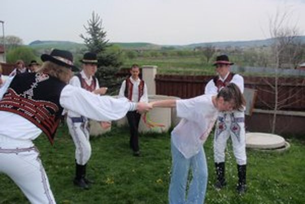 Oblievačka v Kapušanoch. Folkloristi oblievali dievčatá s vedrom vody.