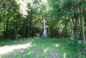 Studničky s krížom. Niekedy dávno sa chodili ľudia k prameňu liečiť.