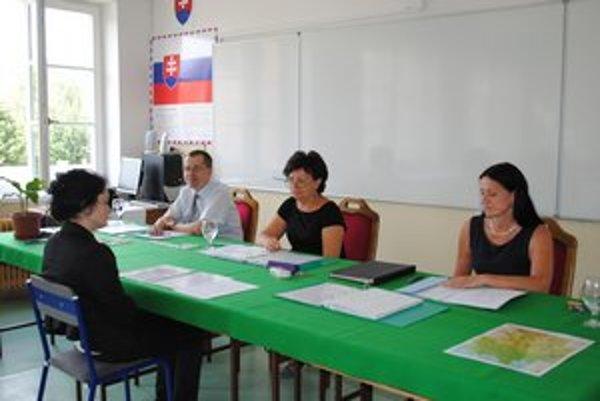 Pred komisiou. Mnohí z piatakov sa v jazykoch zdokonalili na praxi v zahraničí.