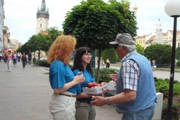 Andrea Ratkošová a Kamila Tatranská. Niektorí ľudia neboli ochotní zameniť cigaretu za jablko.