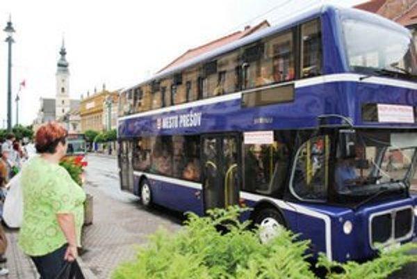 Dvojpodlažný autobus. Do stredy jazdí po prešovských uliciach.