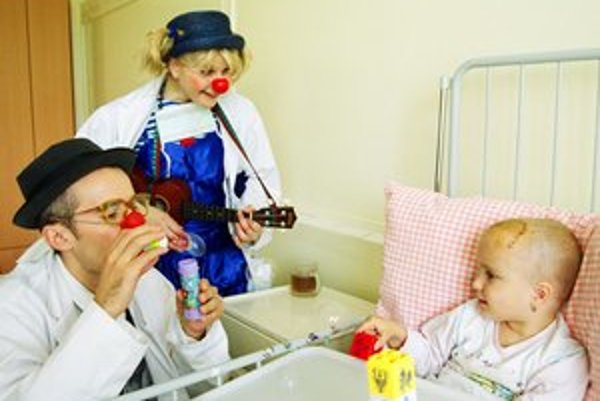 Klauni chodia medzí choré deti a rozveseľujú ich.