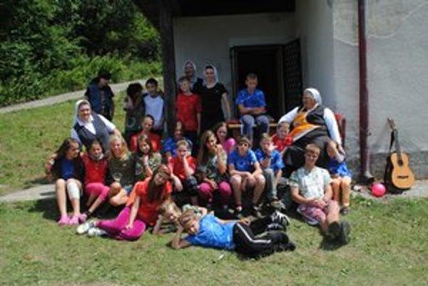 Prázdninová chatovačka. Deťom zo sociálne slabších rodín zabezpečilo pobyt na chate OZ Magis.