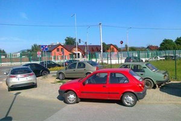 Zaparkované autá. Zákaz státia nerešpektujú.