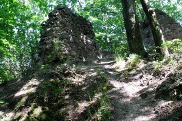 Stredoveká pevnosť. Ruiny naznačujú búrlivý príbeh majiteľov hradu.