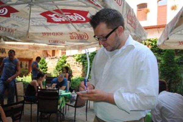 Obed v reštaurácii. V lete sa tu stravujú i turisti.