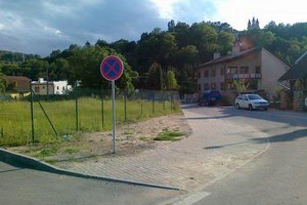 Pod Kalváriou. Značka Zákaz státia už zase stojí na pôvodnom mieste.