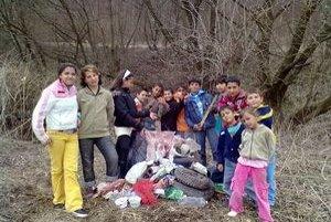 Žiaci zo ZŠ z obce Tuhrina. Z čistenia okolitého lesa mali veľkú radosť.