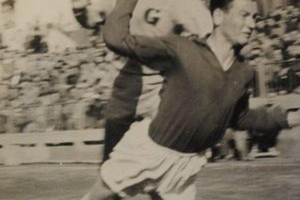 Jubilant J. Fecko v zápase s Gottwaldovom (terajší Zlín) v roku 1963.