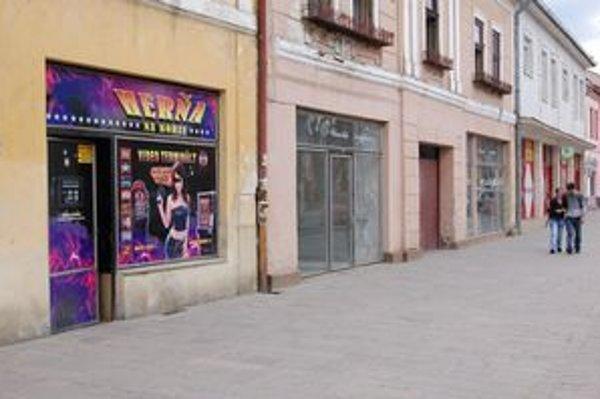 Sabinovské ulice. Sú zaplnené herňami.