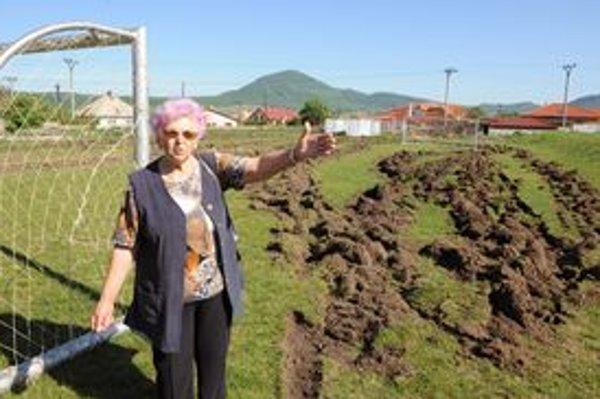 Právoplatná vlastníčka parcely Viktória Foltínová nevie nájsť dohodu s telovýchovnou jednotou, ktorá ihrisko využíva a preto sa rozhodla ihrisko poorať.