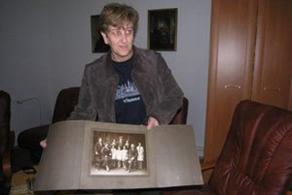 Margita Eckhausová v rukách drží album, ktorý našli na povale.