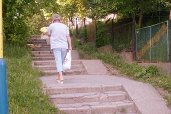 Kritizované schody. Obyvatelia tvrdia, že sú zdevastované a nebezpečné.