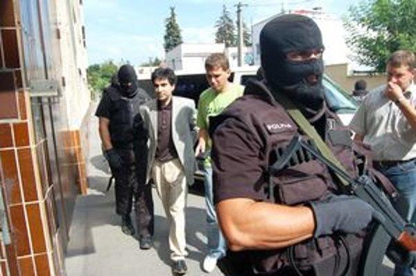 Zatýkanie. Pred bránou väznice na A. Mkrtyčeva v roku 2008 čakali kukláči.