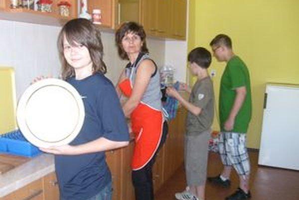 Šiestaci v kuchyni. Práve uvarili špagety a upratali.