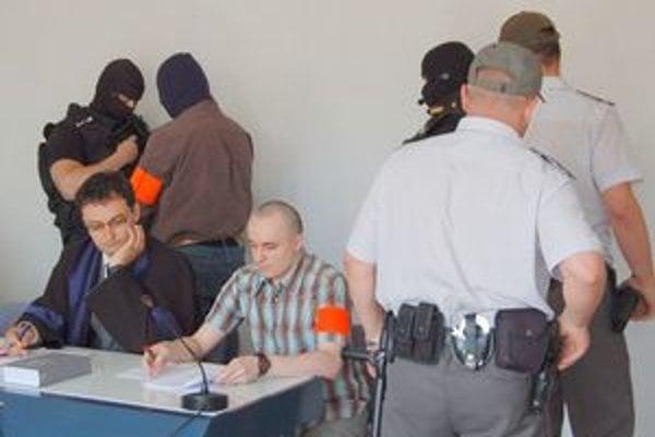 Sadikiho komplici. Súd obom vymeral 15-ročný trest. Ich údajný šéf organizovanej skupiny je na úteku.