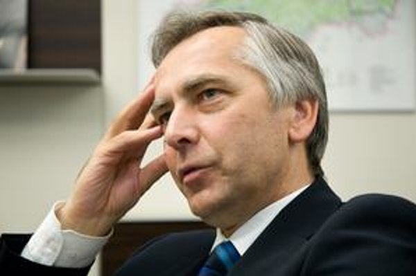 Minister Ján Figeľ. Garantuje, že najviac sa budú opravovať cesty na východe.
