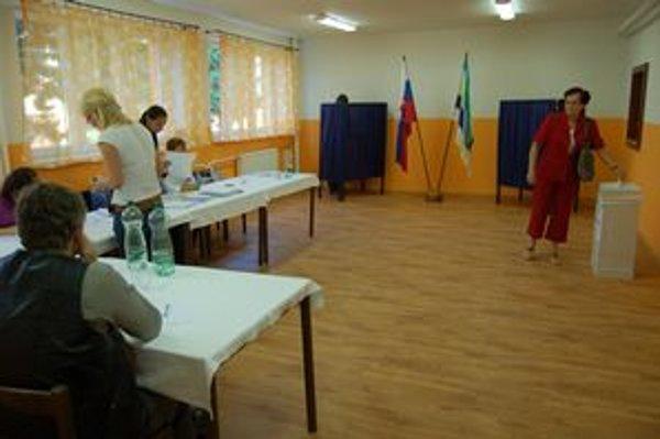 Volebná miestnosť vo Svinej. Na regulárnosť volieb dozerali aj členovia obvodnej volebnej komisie, nechýbali ani policajti v obci.