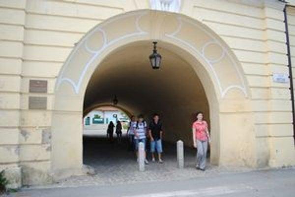 """Podchod pod HA v Prešove. Ďalšia fajčiarska zóna, kde chodia tínedžeri na """"cigaretku""""."""