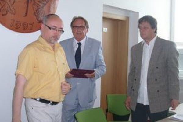 Rektor R. Matlovič, M. Pollák a I. Bernasovský. Oficiálne otvorili Ústav rómskych štúdií.