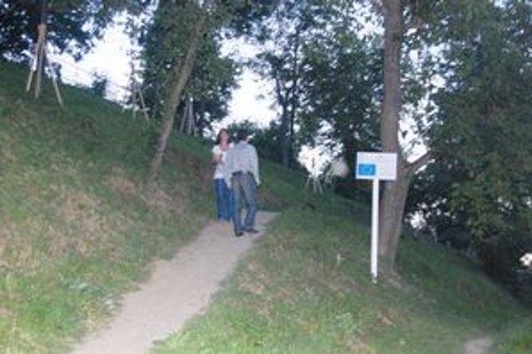 Lesopark. V južnej častí je umiestnená krížová cesta, chodníky pre pešich a v severnej častí cyklokrosový chodník.